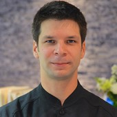 Dr. Yanik Charneux